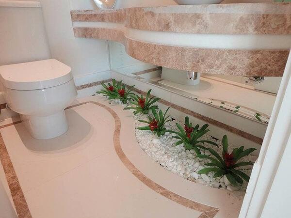 Banheiro decorado com plantas.