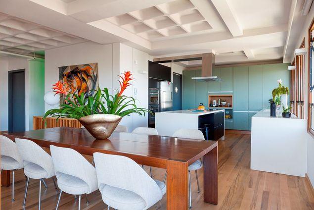 Sala de jantar moderna com vasos de plantas.