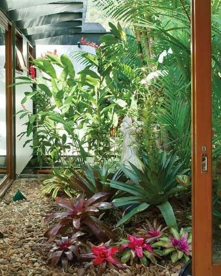 Jardim de inverno com porta de vidro.