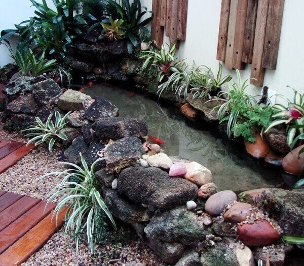 Jardim com lago pequeno.