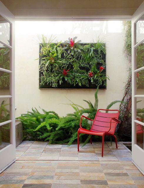 Jardim vertical na área externa.