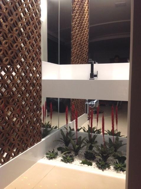 Banheiro moderno com plantas.
