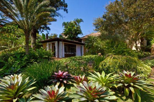 Casa de campo com jardim diverso.