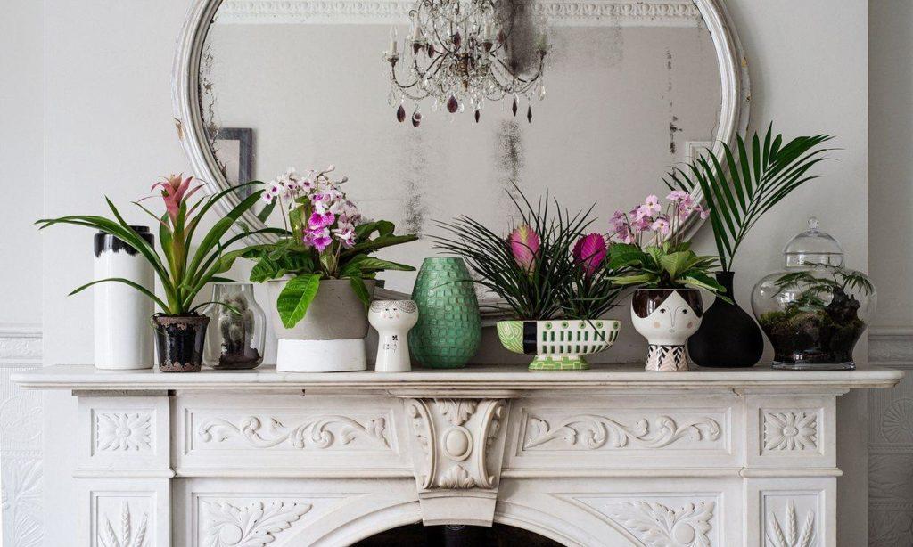 Sala luxuosa com vasos decorativos.