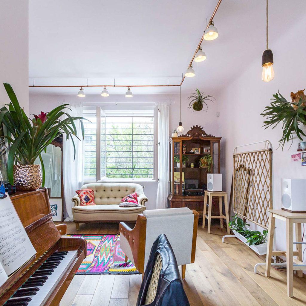 Sala elegante com decoração moderna.