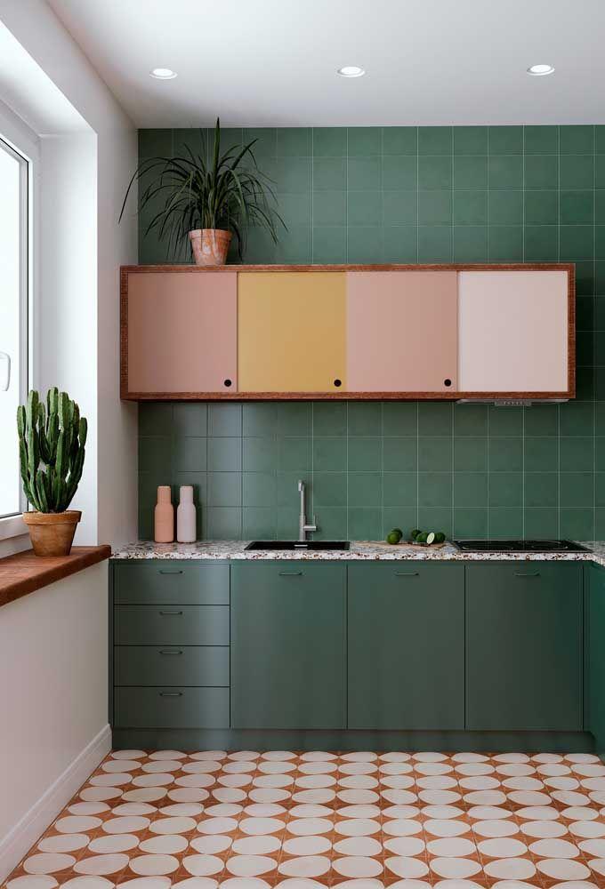 Cozinha moderna colorida.