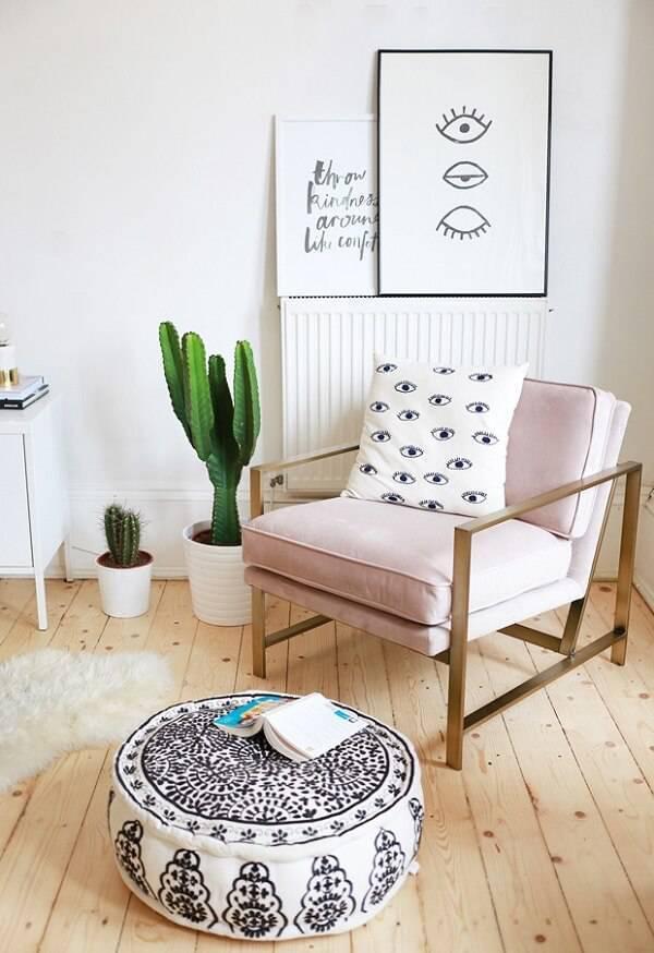 Sala minimalista feminina.