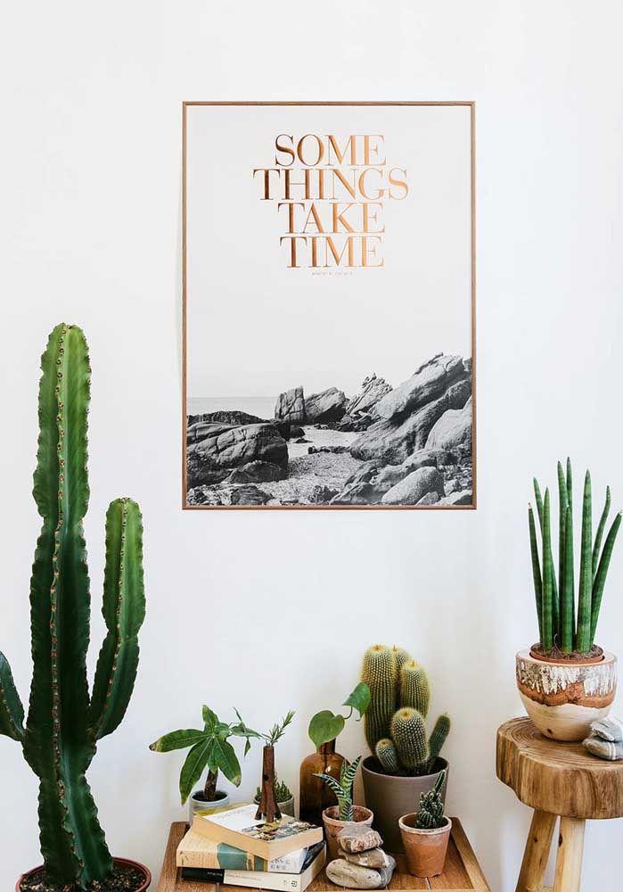 Decoração com plantas, livros e quadro moderno.