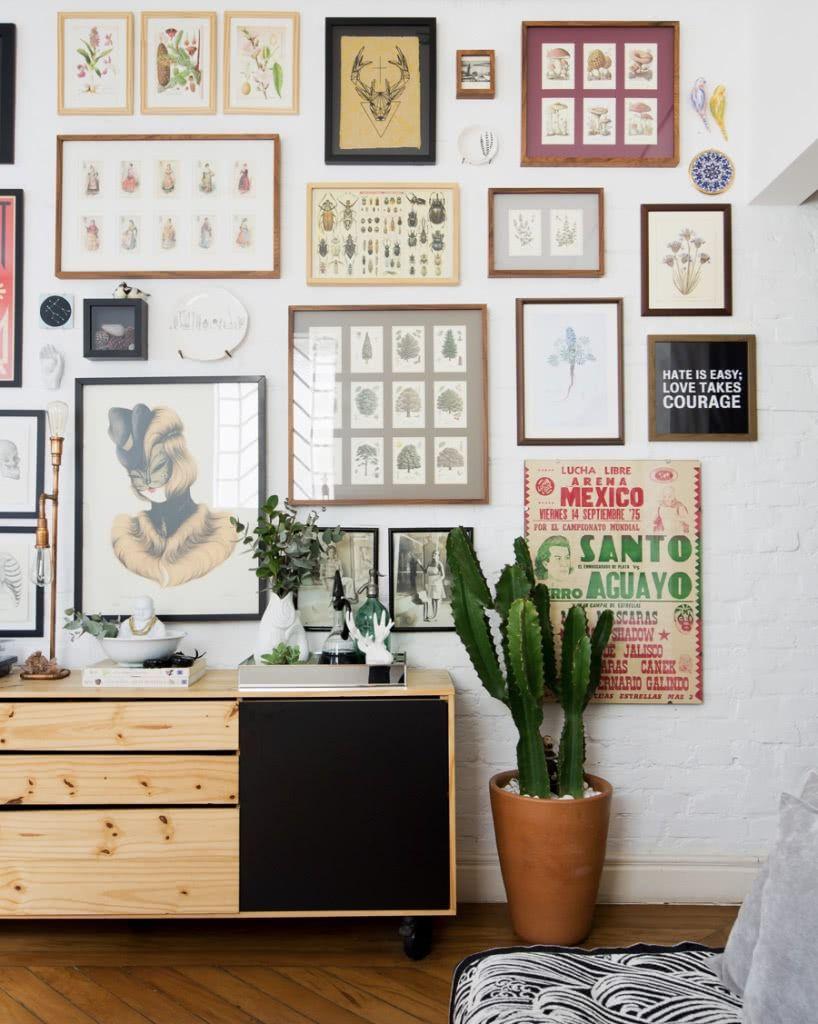 Sala decorada com quadros e posteres.
