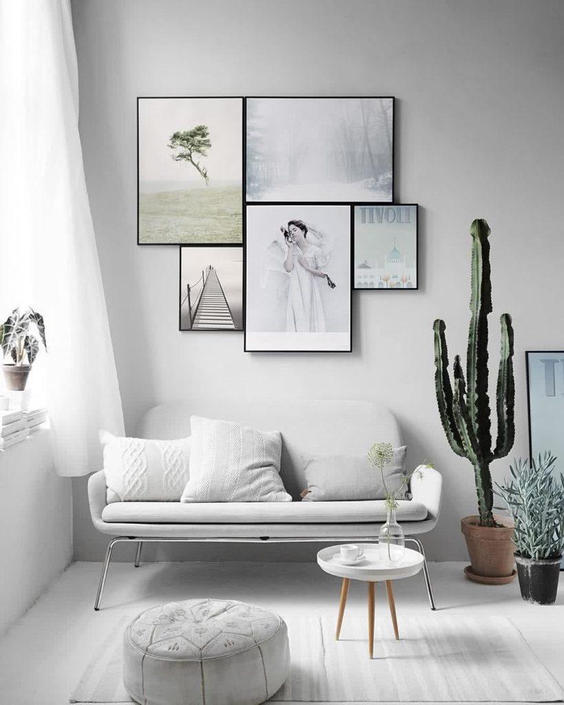 Sala branca com plantas.