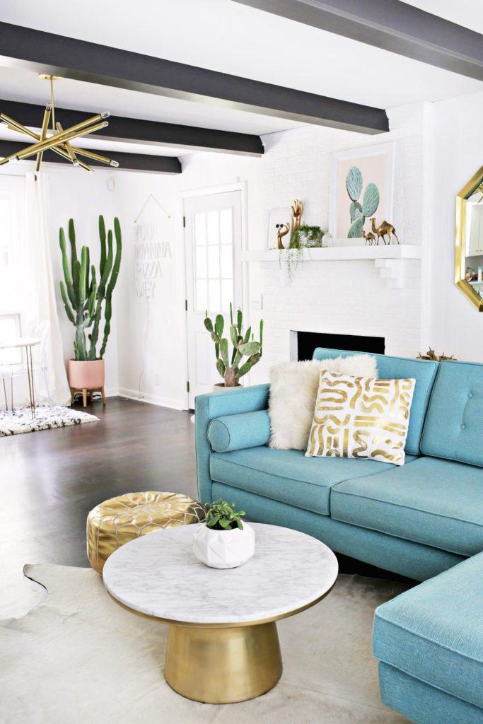 Sala moderna com sofá azul.