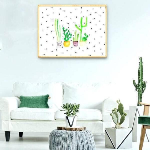 Sala simples branca com plantas.