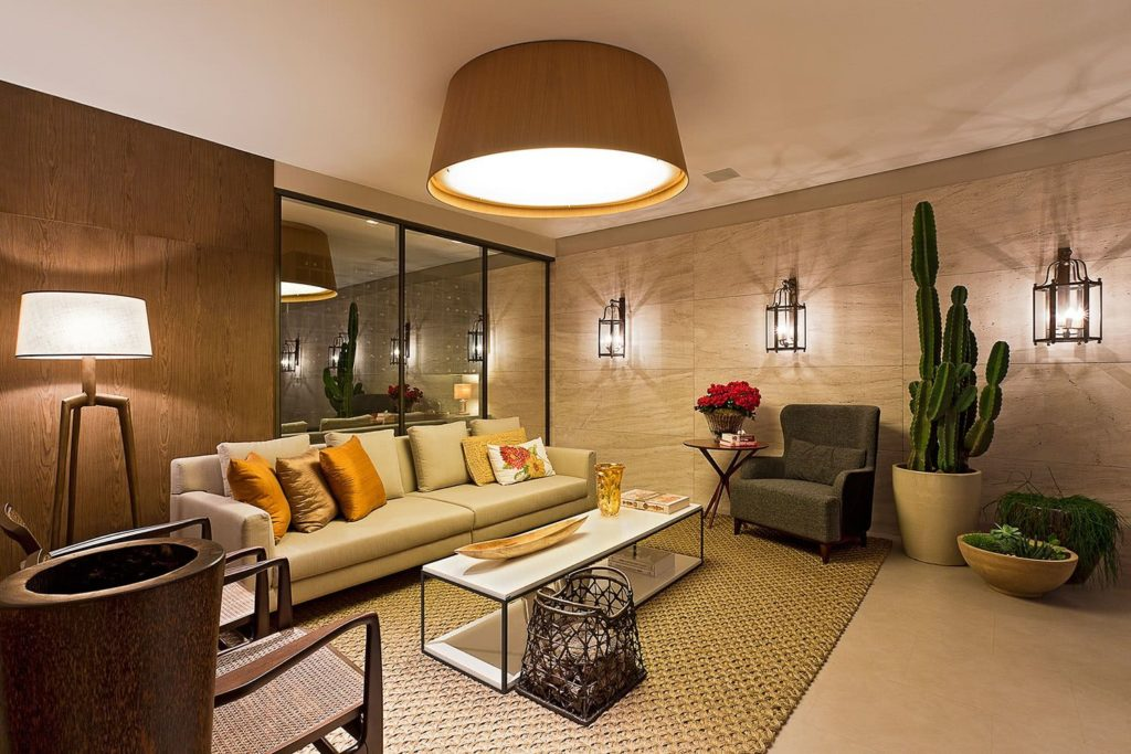 Sala luxuosa com plantas.