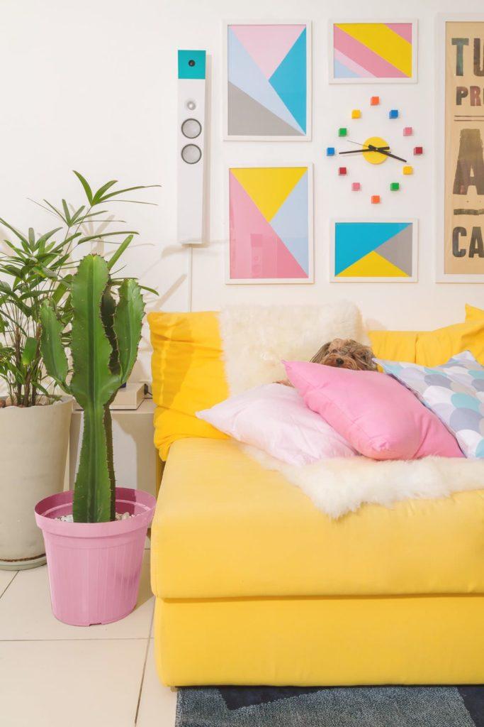 Sala colorida com sofá amarela.