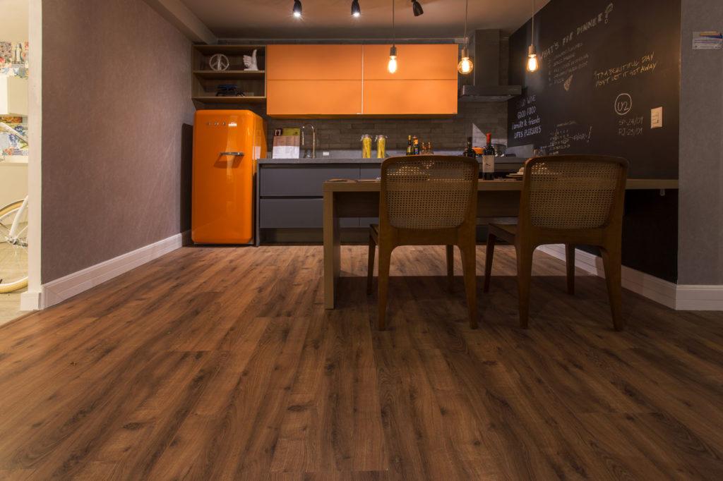 Cozinha pequena com móveis laranja.