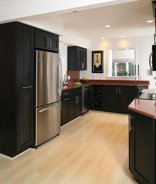 Cozinha com armário preto e bancada marrom.