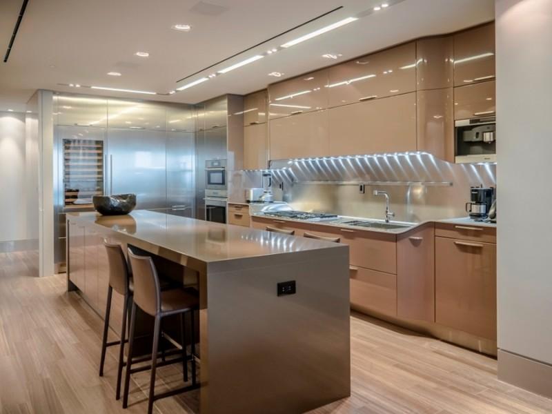 Cozinha nude com piso laminado.