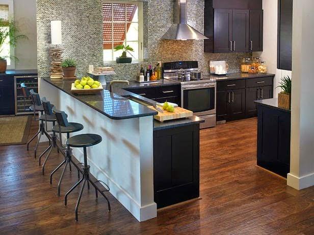 Cozinha grande com armário preto.