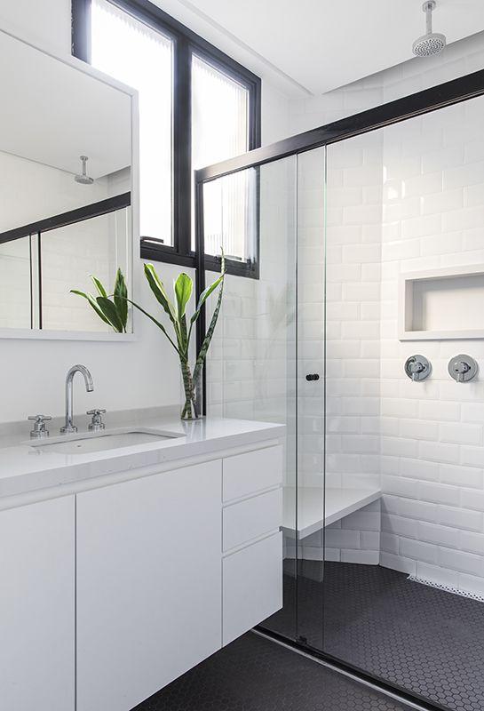 Banheiro branco.
