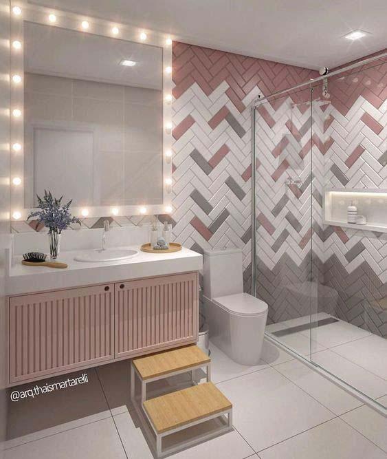 Banheiro com azulejos em todas as paredes.