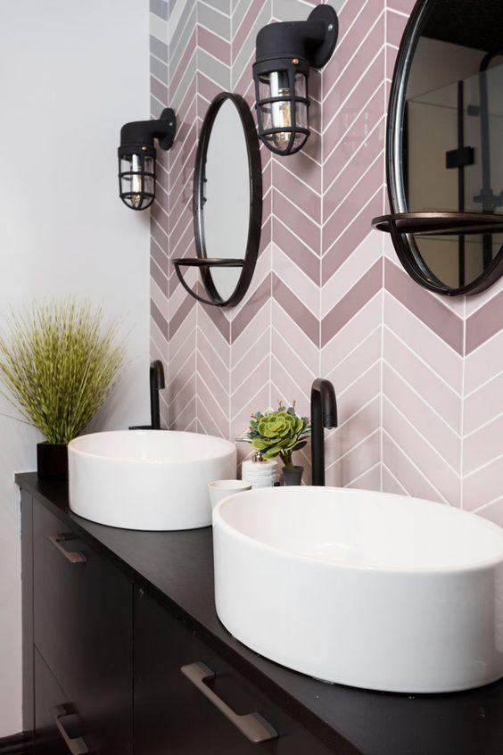 Banheiro duplo com parede de azulejo.