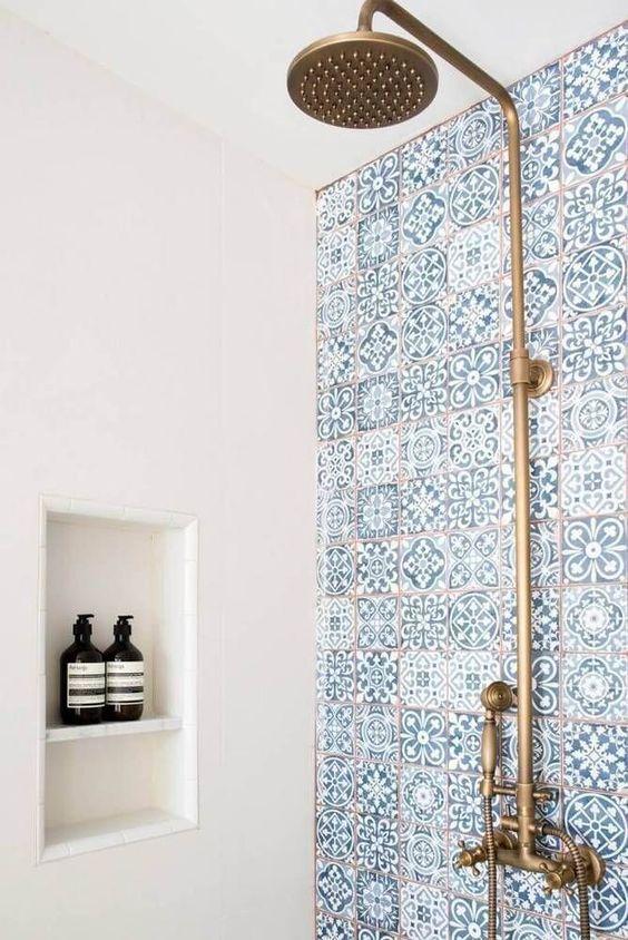 Parede com azulejo branco e azul.