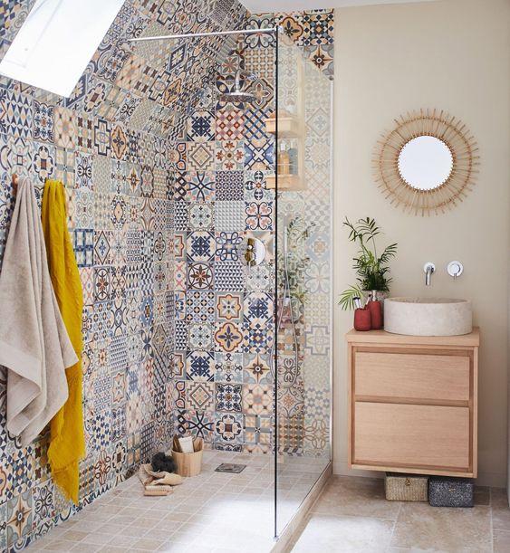 Box de banheiro com vários azulejos desenhados.