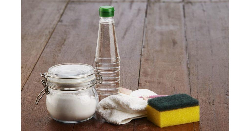 Como limpar azulejo de banheiro com vinagre e bicarbonato.