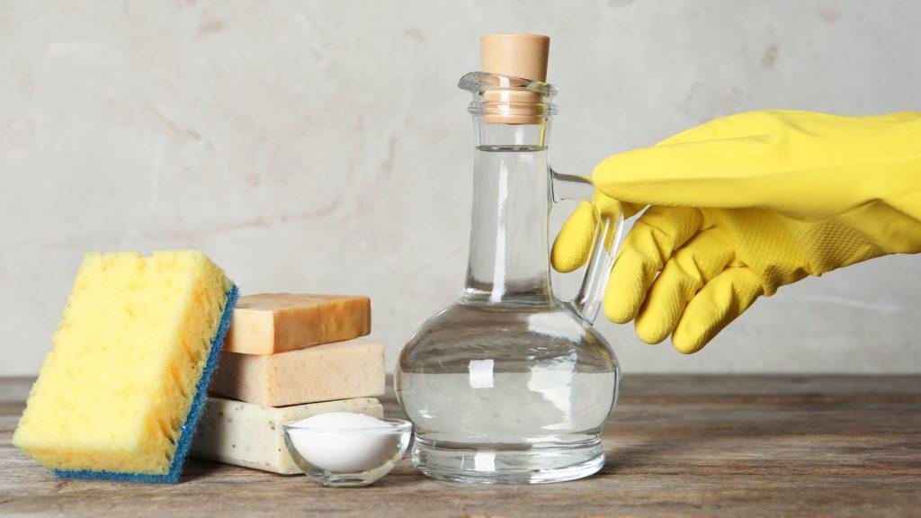 Como limpar azulejo de banheiro com vinagre e sal.