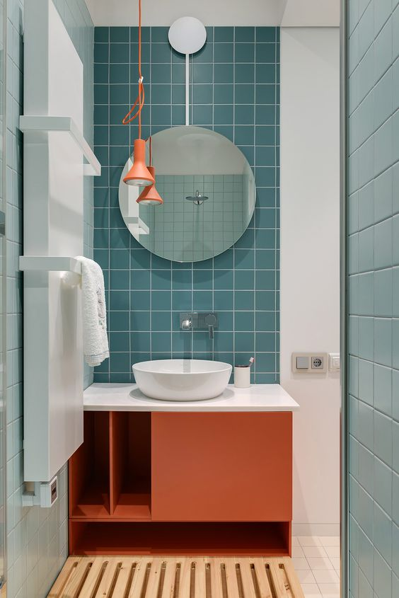 Banheiro com azulejo azul.