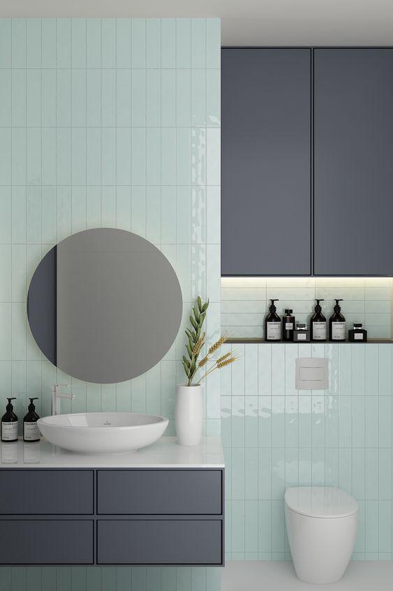 Banheiro minimalista com azulejo branco.