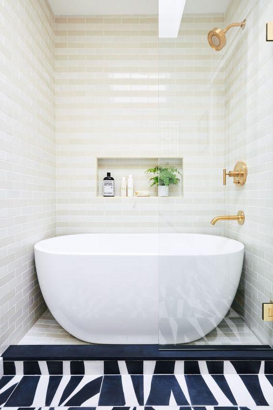 Banheiro com azulejos no box com banheira.