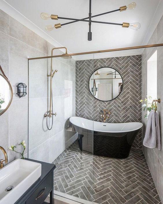 Banheiro grande com banheira.
