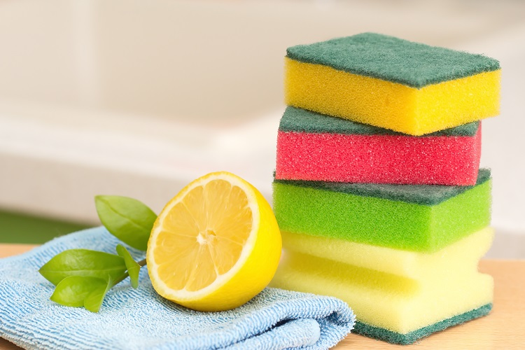 Limão, esponjas e pano.