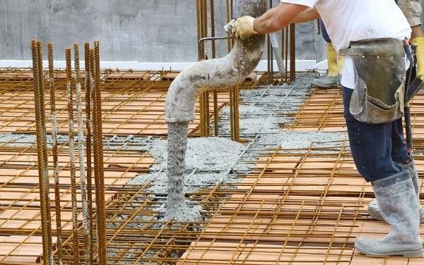 Etapa de adição de concreto na laje pré moldada.
