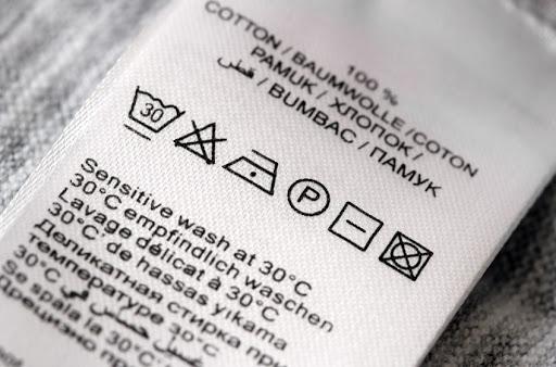 Etiqueta que indica limpeza de sofá correta.