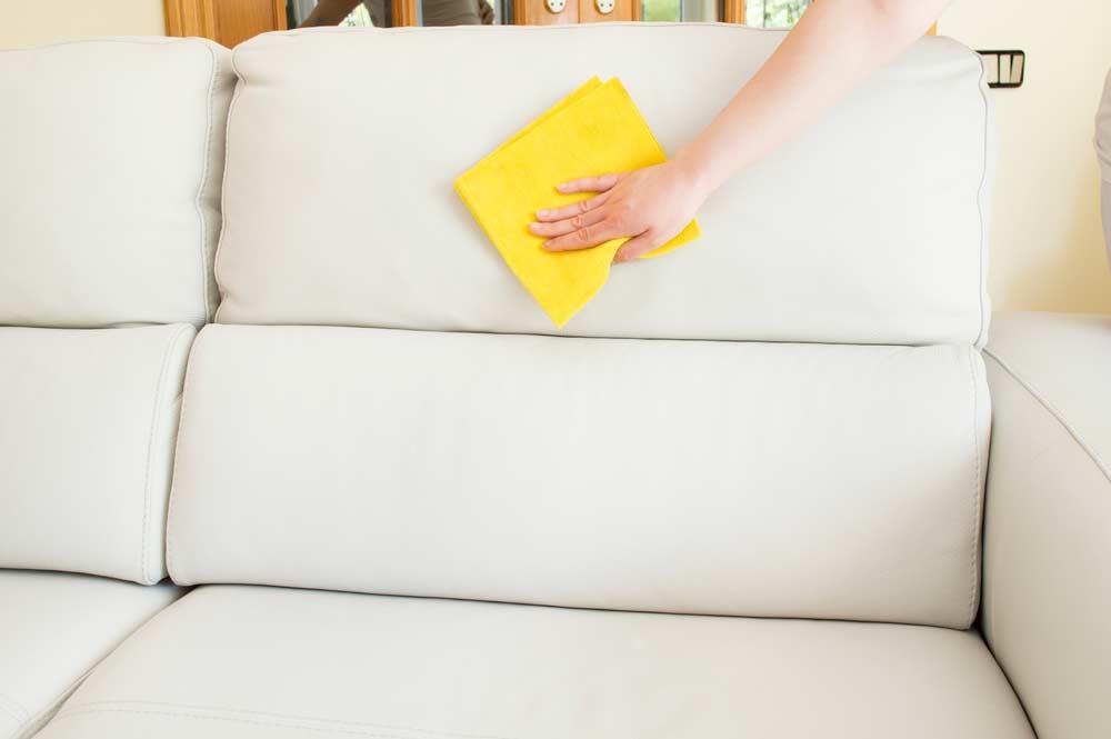 Sofá de couro branco.