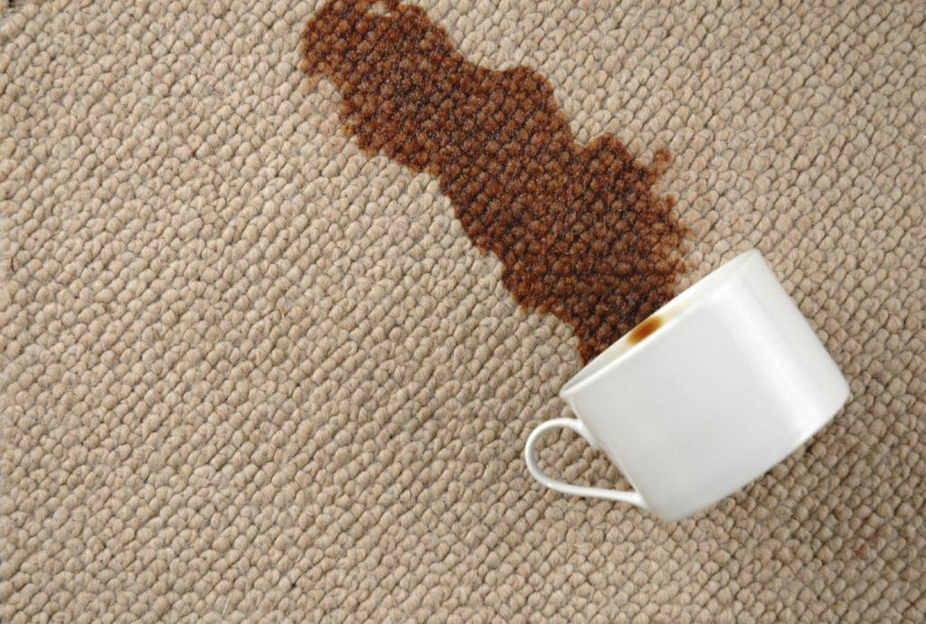 Café derramado no sofá.