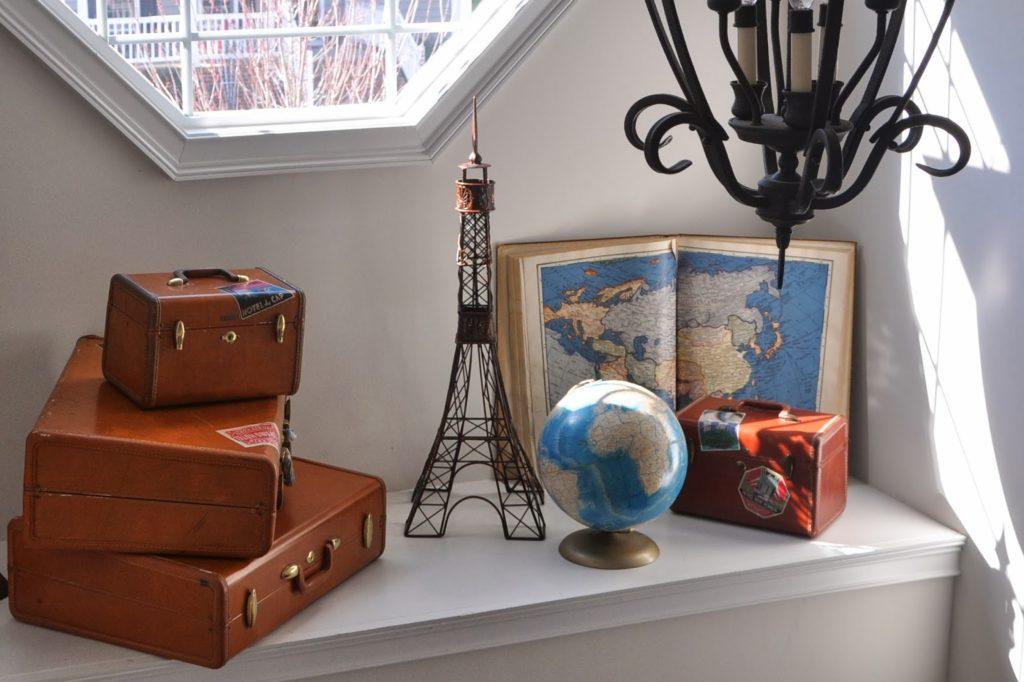 área amigos e viagens com imagem de malas e mapa global