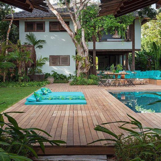 piscina com deck de madeira grande