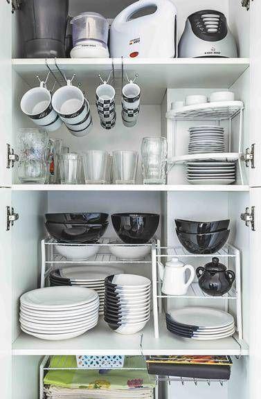 Armário organizado com prateleiras para louças