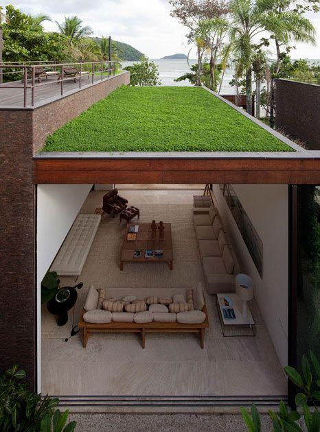 teto verde casa grande com praia no horizonte