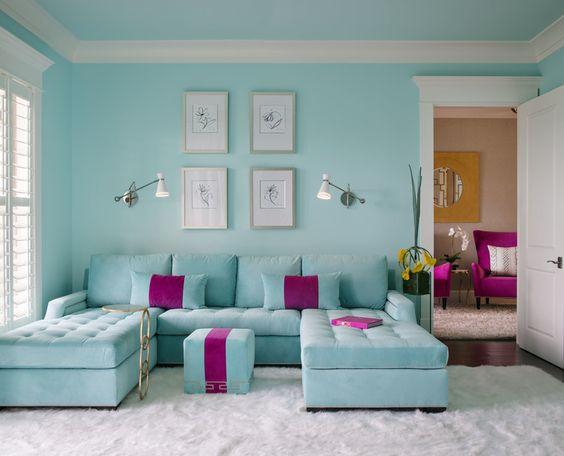 sala azul turquesa e roxo