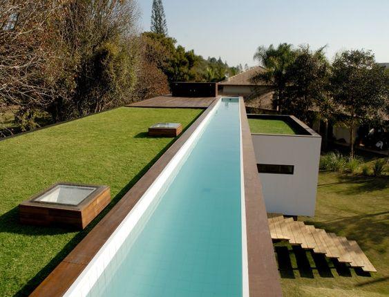 casa geométrica de laje com teto verde e piscina