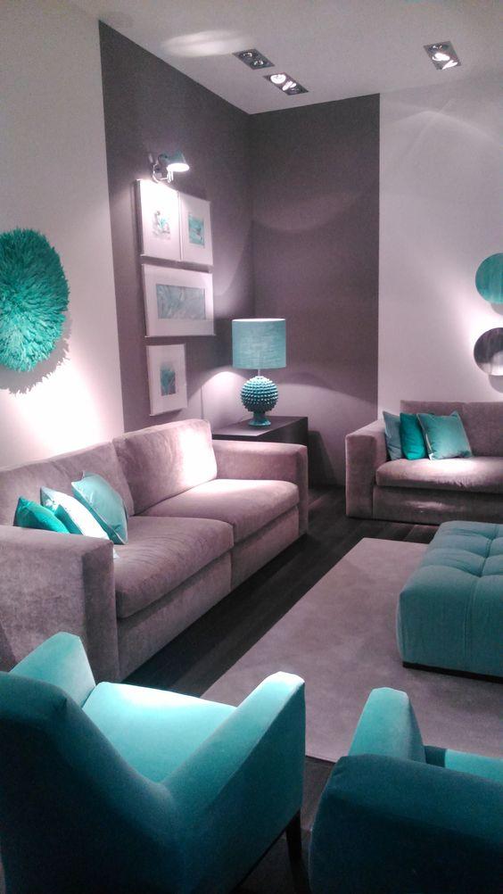 sala com detalhes azul Tiffany em almofadas, abajur e poltronas