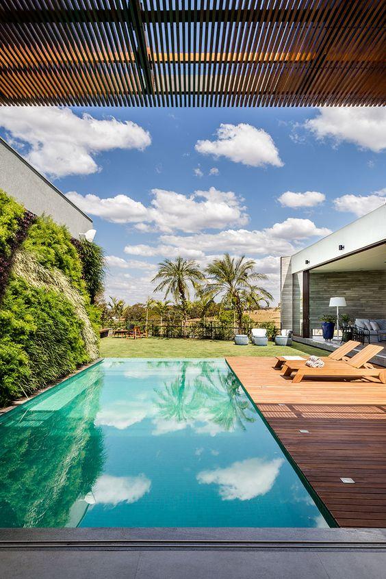 deck de madeira com pergolado meia sombra para piscinas