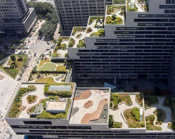 jardins suspensos em degraus nas laterais de edifícios na cidade