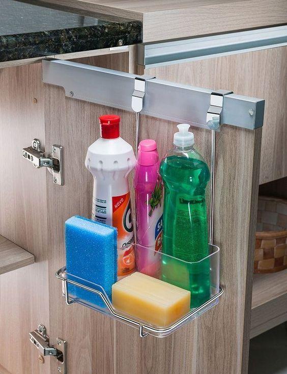 produtos de limpeza de cozinha em prateleira de inox