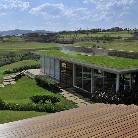 telhado verde jardim frontal e paredes de vidro e sistema de rega automático