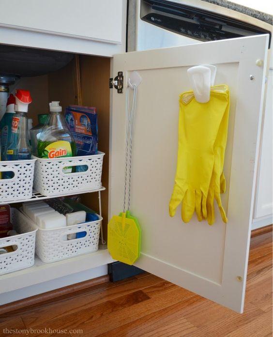 armário de cozinha com separadores de produtos de limpeza